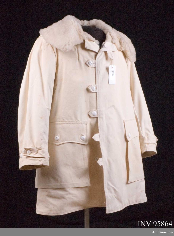 Tillverkad 1960-70- talen av Örebro sport och bil militärutrustningar. Livpälsen är en halvlång fårskinnspäls med oblekt smärtingklädsel. Den har pälskrage och två utanpåsydda fickor.