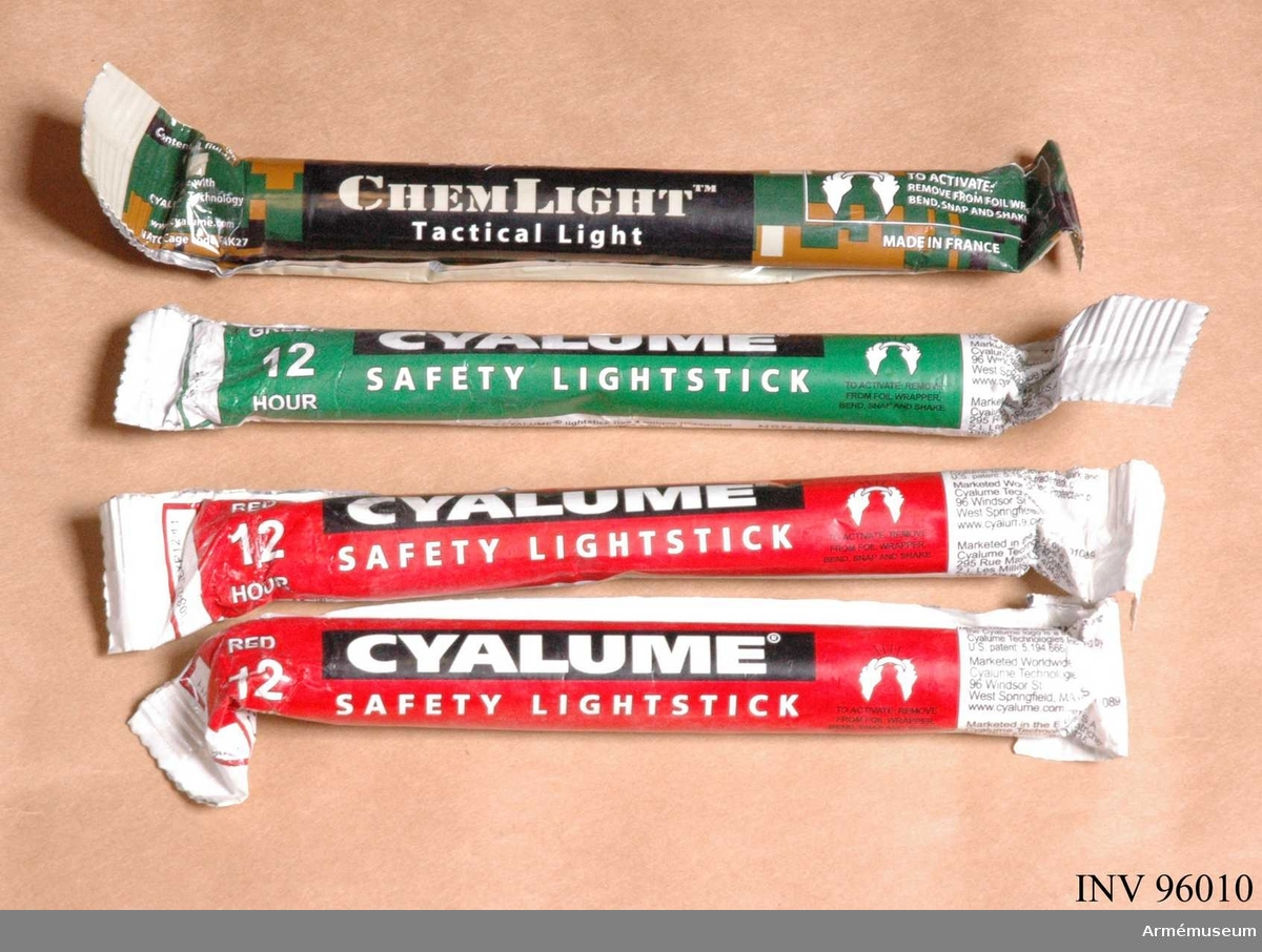 """Av märket """"Cyalume"""". Ligger i väskan längst till höger i kroppsskyddet (AM.096007)."""