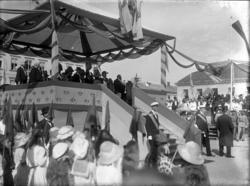 Festligheter i samband med avtäckningen av dubbelstatyn av K