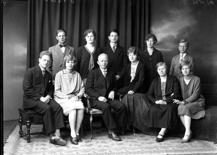 """Uppgift enligt fotografen: """"Uddevalla. Gruppfoto. Familjen Fru Olsson."""""""