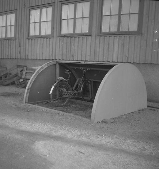 """Text till bilden: """"Cykelställ. Karlsbergs Snickerifabrik. 1945.12.14""""."""