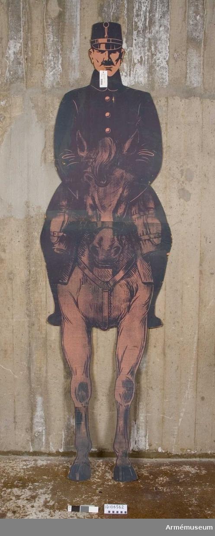 Pappfigur föreställande ryttare till häst i uniform från sent 1800-tal.