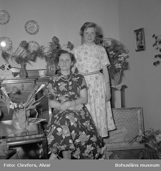 """Text till bilden: """"Fru Ester Söderberg, Slätten. 50 år. 1953.05.02""""           i"""