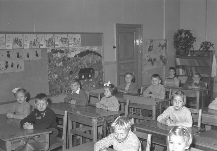 """Text till bilden: """"Lysekil. Lysekils Folkskolor. Skolklass. Interiör. 1954"""""""