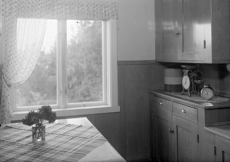 """Text till bilden:""""Riksdagsman Waldemar Svenssons bostad. Interiör från köket""""."""
