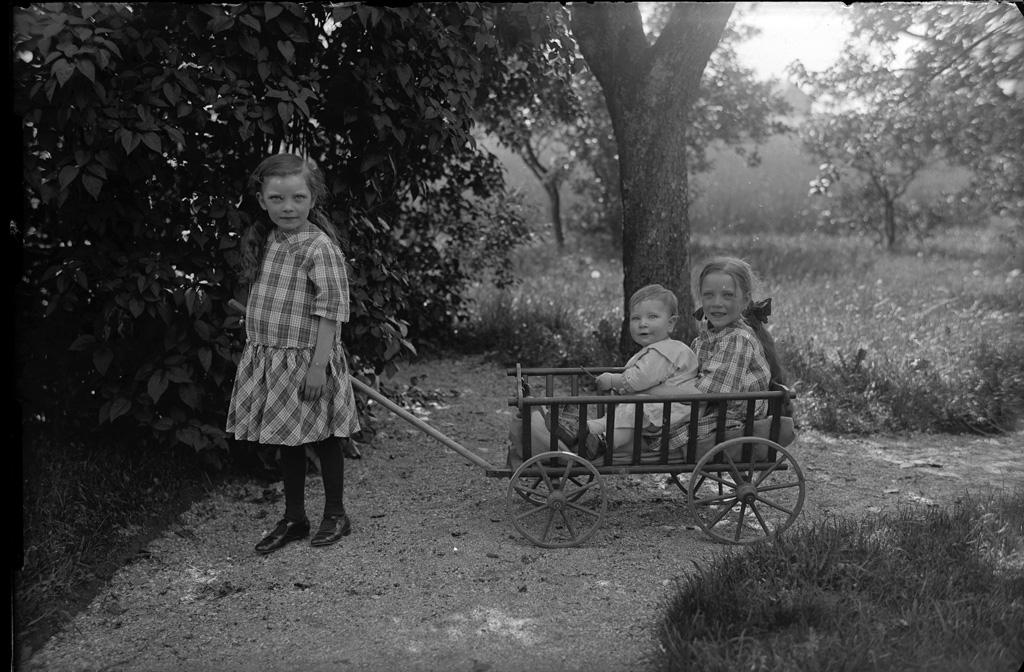 """Text till bilden: """"Grupp i det fria i trädgården Fossum""""."""
