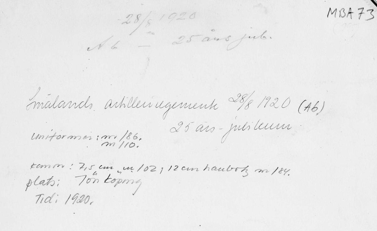Smålands artilleriregemente A 6 firar 25-årsjubileum 28/8 1920. Soldater iförda uniform m1886 och m/1910 står uppställda på  kaserngården i Jönköping, omslutande 7,5 cm kanon m/1902 och 12 cm haubits m/1884. Civila åskådare i tidstypiska kläder följer firandet.
