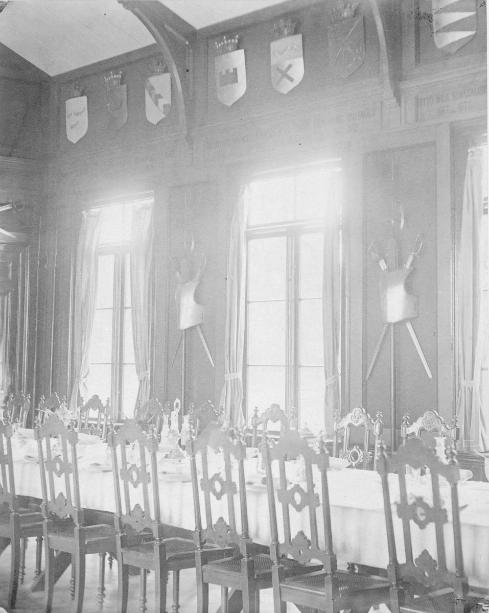 Matsalen i officerspaviljongen vid Utnäs Löt vid tiden då översten friherre Henrik Falkenberg var sekundchef och övningsplats för Västmanlands infateriregemente I 18.
