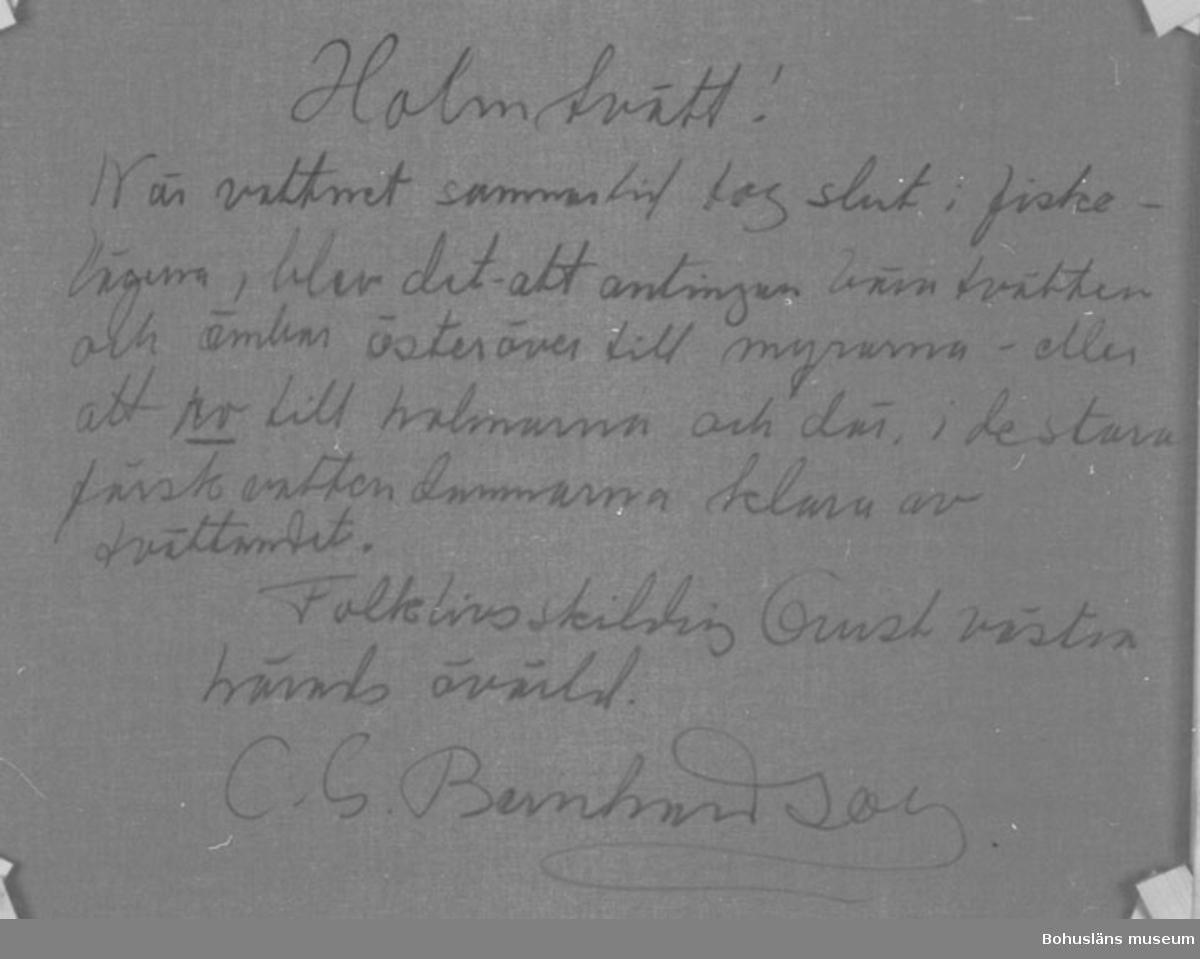 """Montering: Ram.  Baksidestext:  """"Holmtvätt! När vattnet sommartid tog slut i fiskelägena, blev det att antingen bära tvätten och ämbar österöver till myrarna - eller att ro till holmarna och där, i de stora färskvattendammarna klara av tvättandet. Folklivsskildring Orust västra härads övärld. C.G. Bernhardson.""""  Litt.: Bernhardson, C.G.: Bohuslänsk sed och folktro, Uddevalla, 1982, s. 33. Titel i boken: Holmtvätt. Målningen och bilden i boken skiljer i några detaljer.  Övrig historik; se CGB001."""
