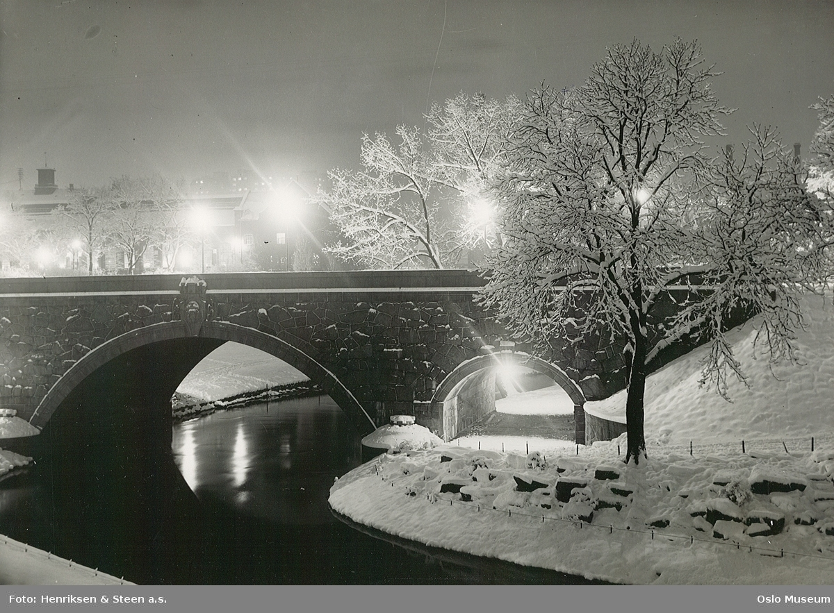park, gangvei, elv, bro, gatebelysning, trær, snø
