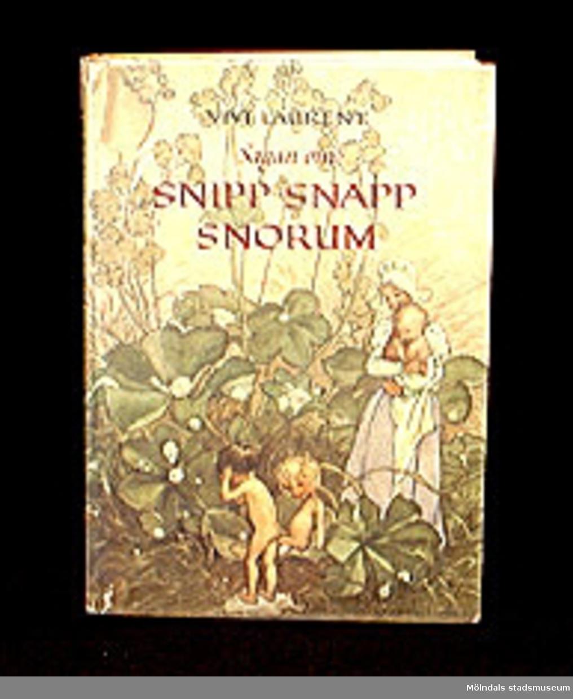 Sagan om Snipp Snapp Snorum berättad av Vivi Laurent, illustrerad av Eva Andersson, Sthlm, 1957. 71 sidor. Utgiven av Tidens förlag.
