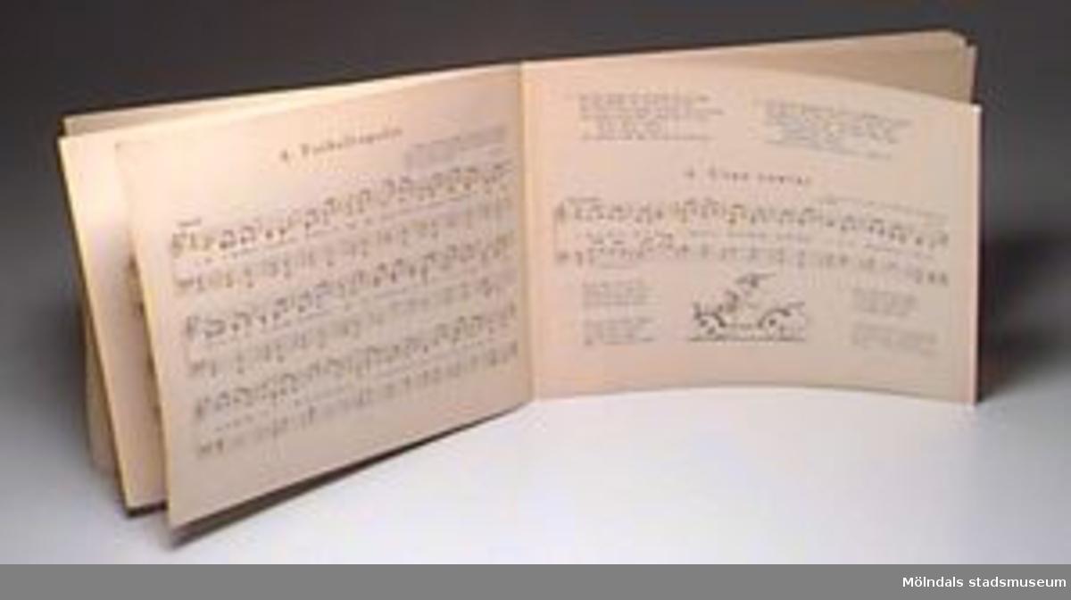 """""""Sockerlandet och andra barnvisor"""" av Ingrid Wallerström. Musik av August Wallerström och Bengt Wallerström Sthlm, 1927. 24 sidor."""