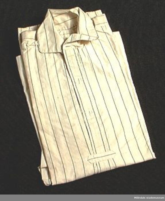 Beige bomullsskjorta med svarta ränder.Elevarbete från textillärarseminariet.