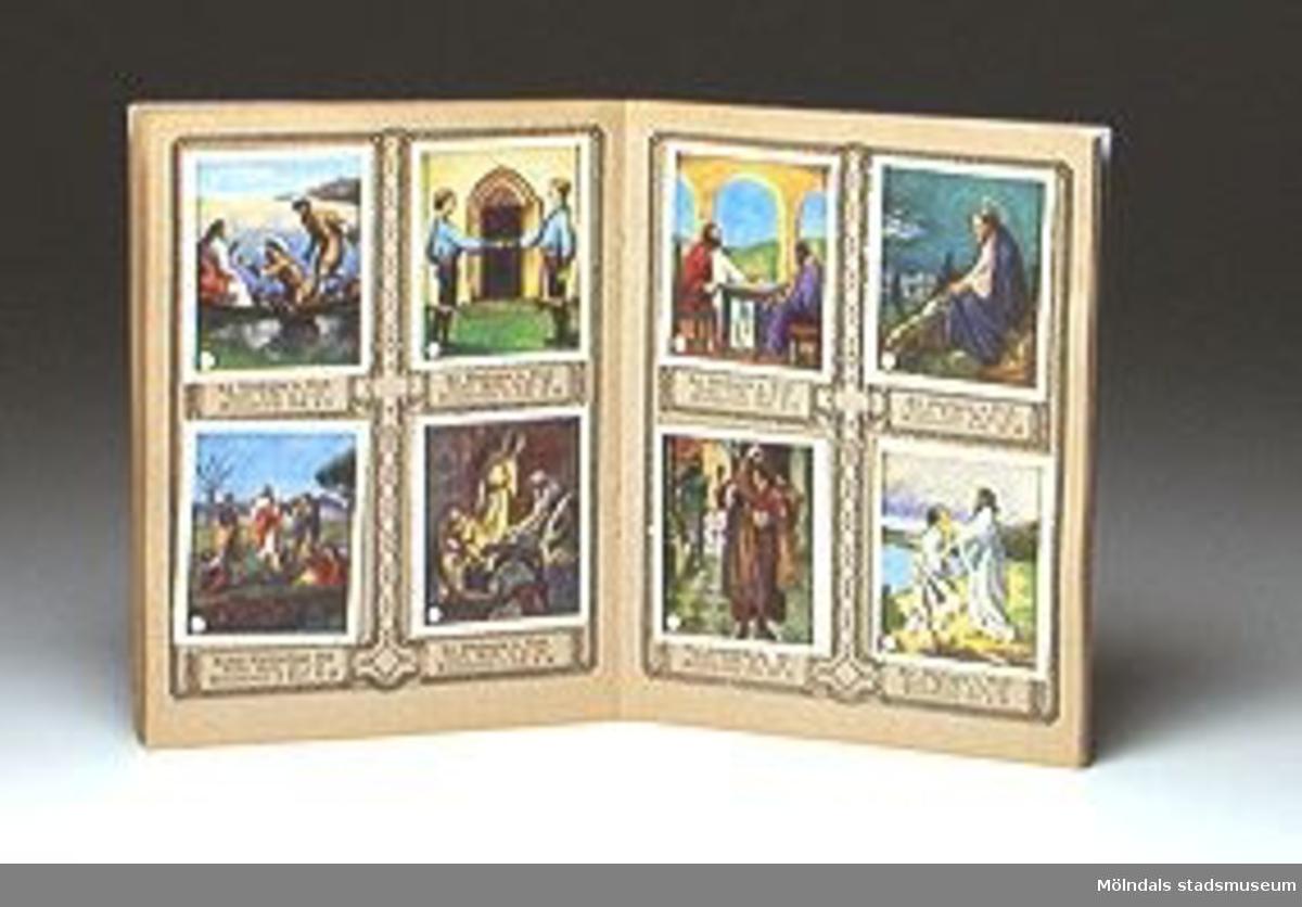 """En liten blå bok att klistra in religiösa frimärksstora bilder vid rätt evangelietextruta. Häftet har text """"Söndags-bilder för barn, lV Evangelietexterna"""".Förmodligen använd i söndagsskola.Tidigare sakord: bilderbok, religion."""