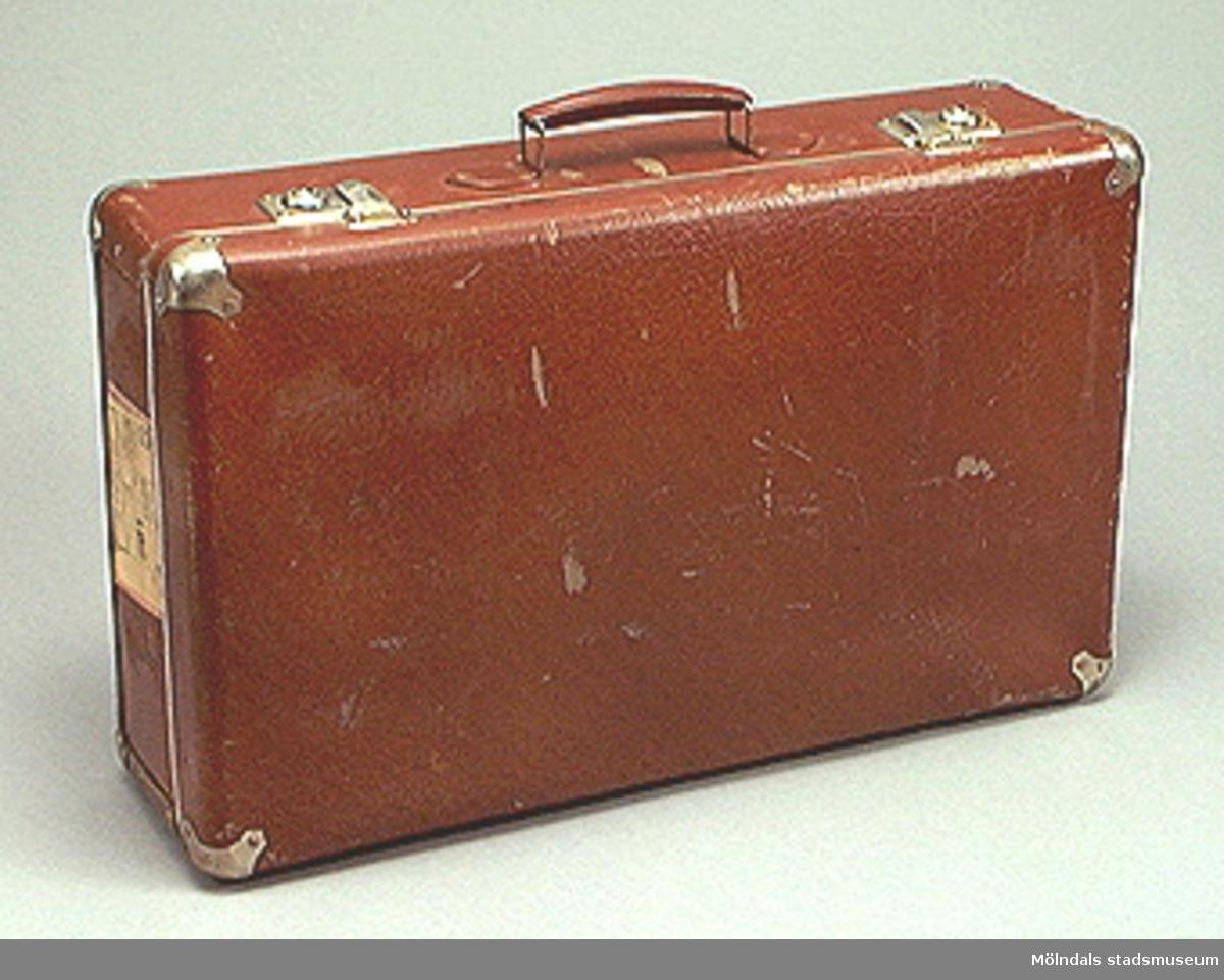 Brun resväska av typ unika.