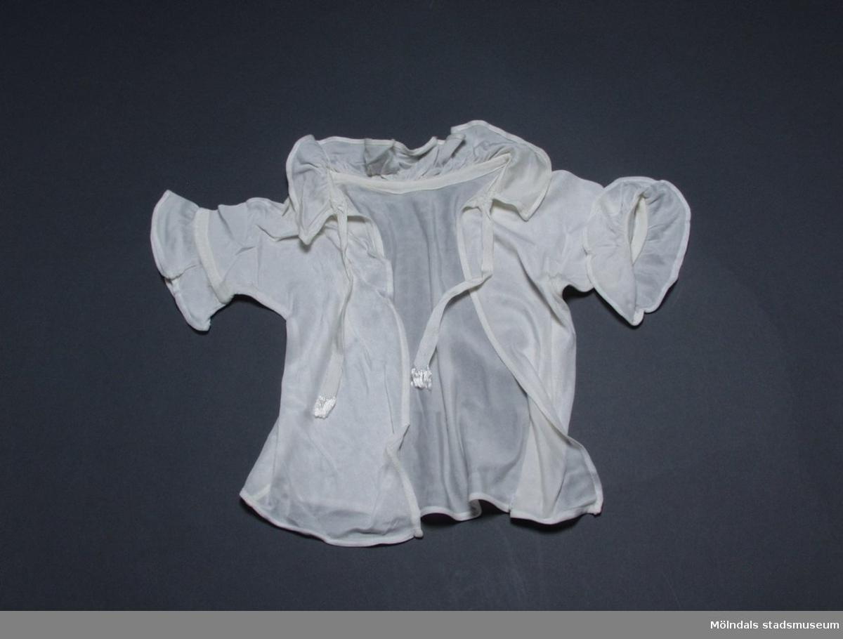 Vit skjorta för spädbarn i charmeuse med rysch runt halsringning och ärmar.
