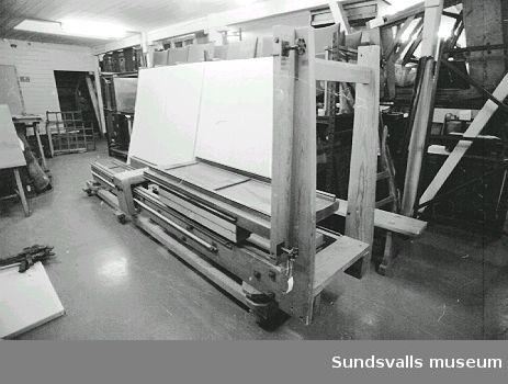 Stativ till reprofotograferingskamera, sk. Holmlundskamera, för grafisk bild. Givaren köpte kameran 1956. Enligt uppgift var kameran tidigare i Dagens Nyheters ägo.