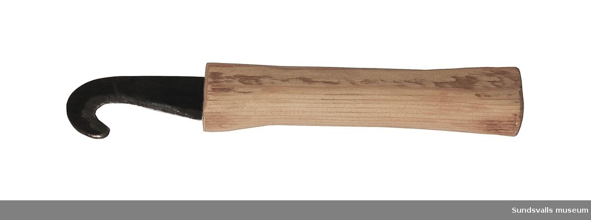 Buntkniv med böjt blad av stål och träskaft. Använd vid utlastning av torrt virke på 'norrbrägårn', Tunadals sågverk, Sköns socken.