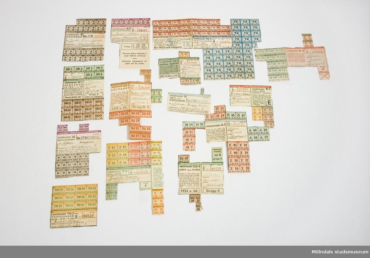 Inköpskort och beredskapskort för mjöl, bröd, socker, kött, fläsk, matfett och kaffe. Textil och skovaror, tvätt och rengöringsmedel. Användes under åren 1941-1946