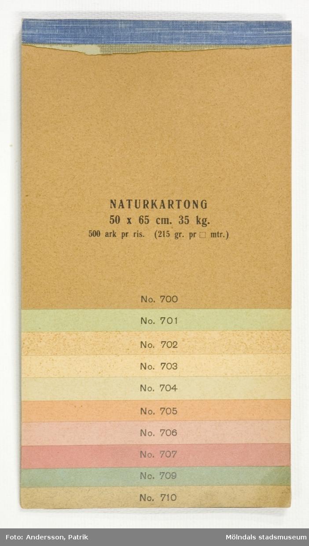 """Häfte med prover """"Naturkartong, Adresskartong, Antique- & Photo Mount Boards"""". Provark, enfärgade i olika nyanser, numrerade. Produktinformation för papperstyper. Litteratur: Papyrus 1895-1945, Minnesskrift, Esseltes Göteborgsindustrier AB, Göteborg 1945."""