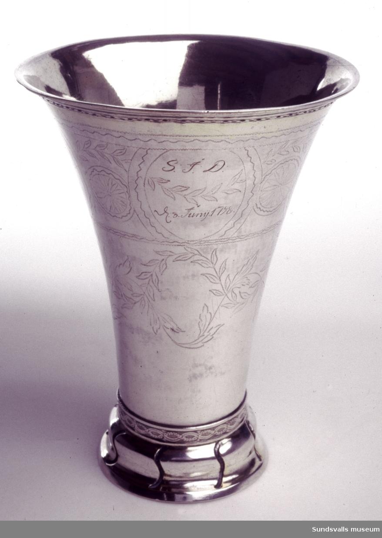 Bägare, delvis förgylld. Konisk insvängd. Kälad fot med svängda åsar. Stämpeldekor runt fot och mynning. Runt livet svisselerad dekor av bl.a. bladrankor. Graverad inskription 'S.J.D. E:3 Juny 1798 D.S. A.B.S.'. Stplr: Mikael Sedelin, Sundsvall, 1798.