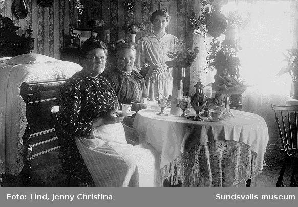 Kvinnor dricker kaffe, kanske namnsdagskaffe. Bilden i form av privattaget vykort som adresserats till (farmor) Fru Josefina Andersson, Sundsvall. daterat 21/8 1916 med text Hjärtlig gratulation på Josefinadagen av Fru Gustavsson (med tillägg i blyerts Skönsberg)