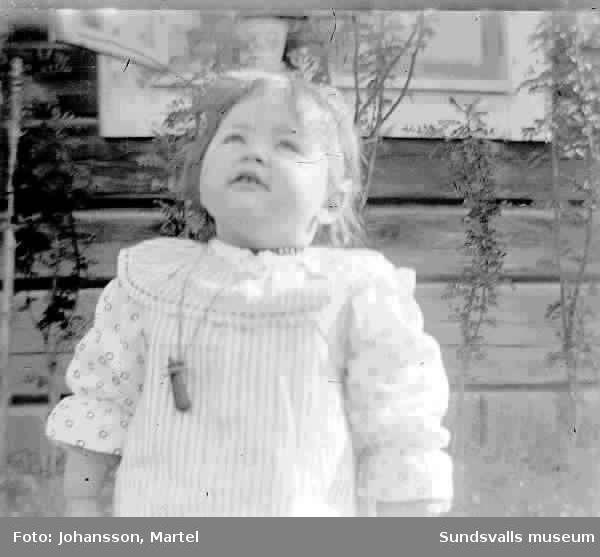 Porträtt av Ingeborg Muhr som liten flicka, 1 1/2 år, född 1908.