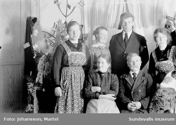Familjen Persson framför julgranen.