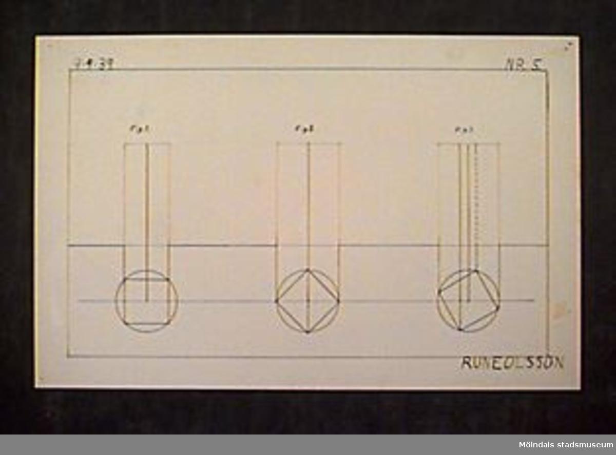 """Ritning av kvadrater, cirklar och linjer i röd och svart tusch. Längst upp till vänster står """"9-9-39"""" och längst upp till höger """"NR.5."""". Betygssatt: """"AB+"""" svagt med rödpenna ner till höger. Längst ner till höger också """"RUNE OLSSON"""".Givaren gick hela sin skoltid i Toltorpsskolan."""