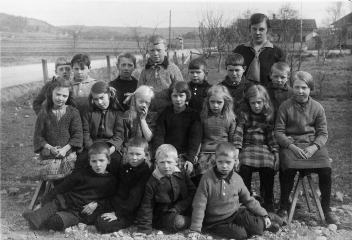 Gruppfoto på flickor och pojkar från gamla Sinntorpskolan.
