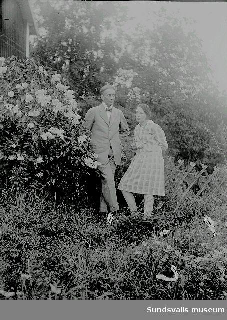 Porträtt. Man och kvinna i trädgård.