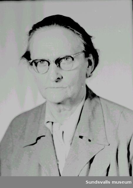 Fotograf Maria Kihlbaum. Var verksam som fotograf i Sundsvall mellan åren 1897-1962. Hennes första ateljé låg på Storgatan 33. På 1930-talet flyttades den till Nybrogatan och därefter till Köpmangatan 24.