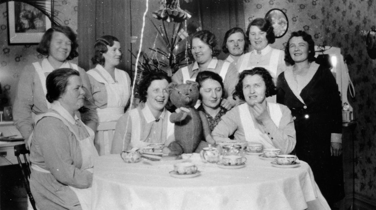 Julkalas med personal i Pojkarnas arbetshem. Anna Larsson (f. Hasselberg) sitter i mitten till höger. Längst till höger står Karin Hasselberg som är Anna Larssons syster. Nedre raden till vänster sitter Anna Lindström.