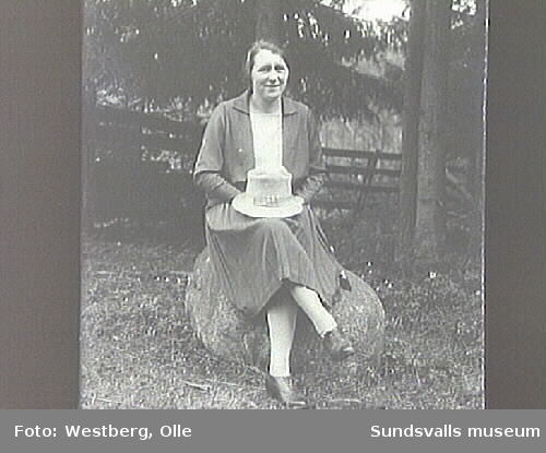 Kvinna sittandes på en sten