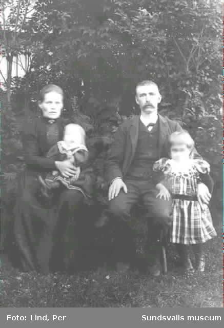Alby 1898. Man och hustru och deras två barn.