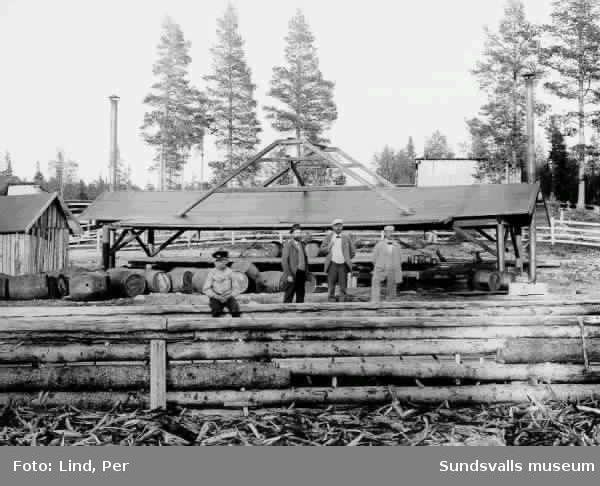 Alby 1898. Östavallsfabriken. På bilden tre män i kostym och i förgrunden en pojke.
