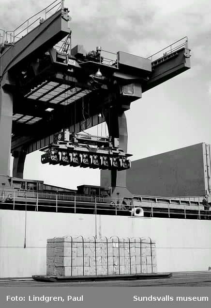 Bild 1 4257-4 Lastning av trävaror (inplastade) med grensletruck i Tunadalshamnen.  Bild 2  4742-1  Bild 3  4843-10  Bild 4  3397-18 Bild 5  3397-19 Bild 6  3358-1  Pappersrullar körs ut från magasinen. Rullarna måste ordnas på visst sätt pga lastningen med sugproppar. Dessa rullar gick bl a till England.