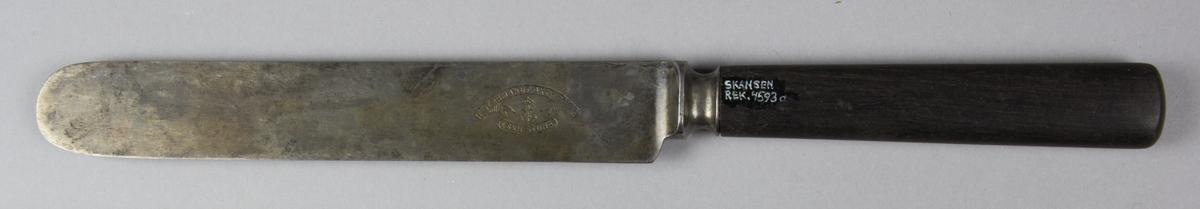 Kniv tillverkad av stål och horn. Blad och fäste i stål. Skaftet i horn.