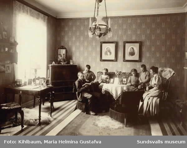Sundsvalls barnhem vid sekelskiftet. Föreståndarinnans namn är Ellen Fischer, född 1867 i Klara, Sthlm. Fadern kom på obestånd och hon blev tvungen att försörja sig själv, sökte tjänsten i Sundsvall. Hon tog som fosterbarn en liten flicka Elisabet (f. 1911) och en liten pojke. Dessa tog hon med sig när hon flyttade tillbaka till Södertälje 1916.