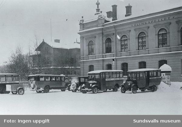 Bussar av äldre modell parkerade på Nytorget framför Elimkapellet.