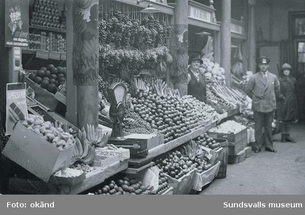 O J Bergs frukt- och grönsaksstånd i saluhallen.