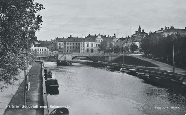 """Selångersån med Storbron. Bildtext till vykort """"Parti av Sundsvall med Selångersån."""""""