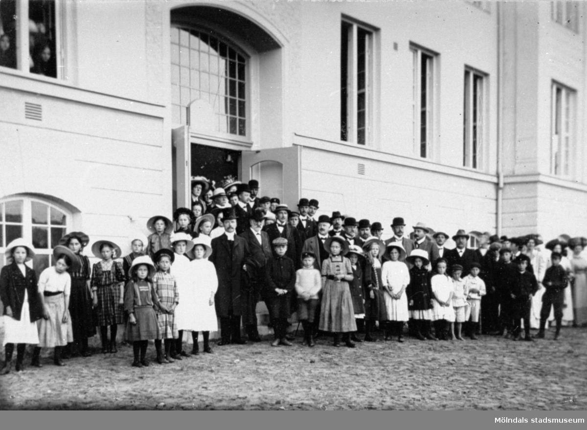 Invigning av Krokslättsskolan 1911. Uppställning av elever, lärare, föräldrar och präst utanför skolan.