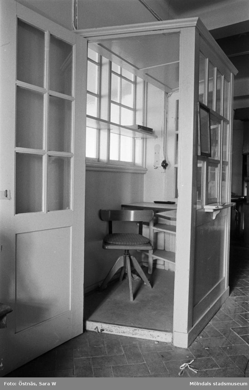 Interiör från Kvarnbyskolans bad 1986. Kuren där vaktmästaren satt.