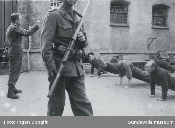 """Slik begynner vi med nazister."" (Bildtext i fotoalbum. Ägare Emil Tessem, Steinkjer.)Trondheim i maj 1945."