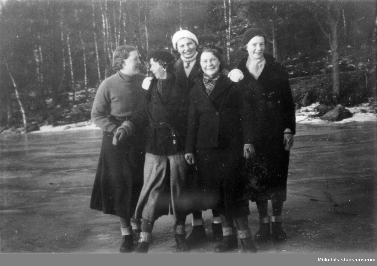 Fem vinterklädda kvinnor som står på en is. Medlemmar i SSU, Ungdomsklubb i Mölndal, 1930-tal.