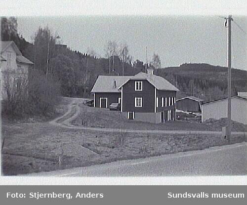 Välbevarad fastighet i Dacke, strax öster om vägen ned till Sillre såg.