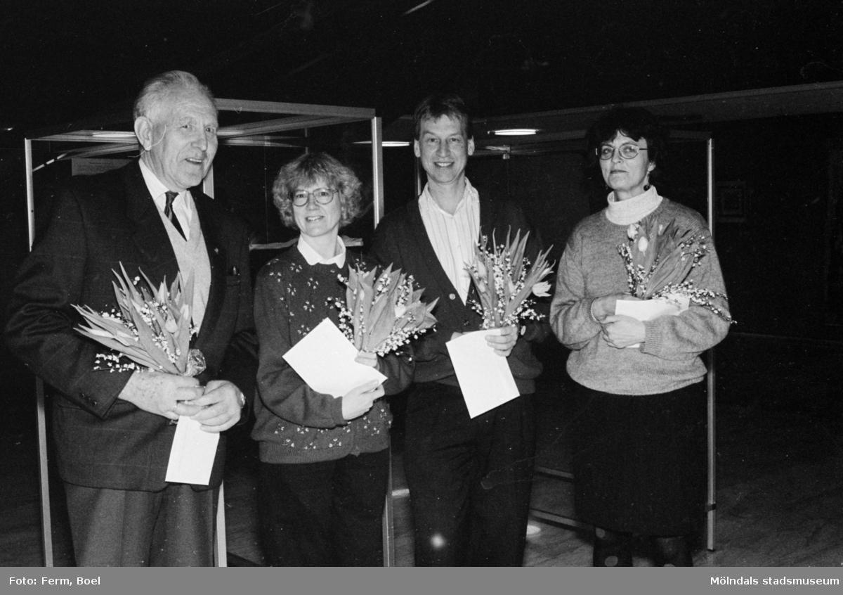 Prisutdelning i Mölndals stadshus vid tävling om Mölndals souvenirer i februari 1992. Längst till vänster står Sven Olof Olsson och längst till höger står konstintendent Bodil Magnusson som vann andrapris med tapetmönstret som hon hade omvandlat till brevpapper/set. Tapeten var upphittat i ett rivningshus i Kvarnbyn. Mannen till vänster om Bodil hade vunnit första pris som var minimodellen av Lindomestolen/Göteborgsmodellen.