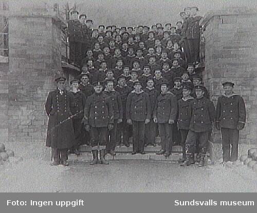 Flottister i Vaxholm, dit de var förlagda mars - oktober 1922. Inringad upptill t.h. står Erik Modin.