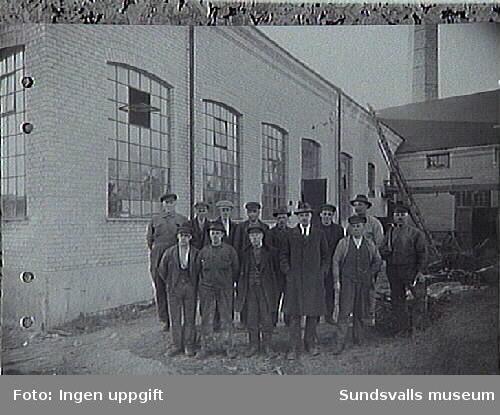 Verkstadslaget vid Heffners östra såg. Mannen med slips är Maskinmästare E A Johnson född2/9 1885..